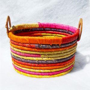 Corbeille tressée à anse multicolore