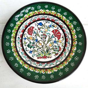 Assiette décorative en faience des ateliers Ayaarka en Hongrie