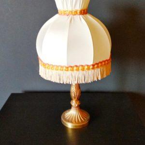 lampe de chevet en métal doré et abat-jour en tissu et galon à franges