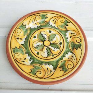 Petit plat décoré à la main